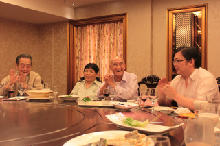 吴淞中学党总支为离休干部庆祝八十岁生日