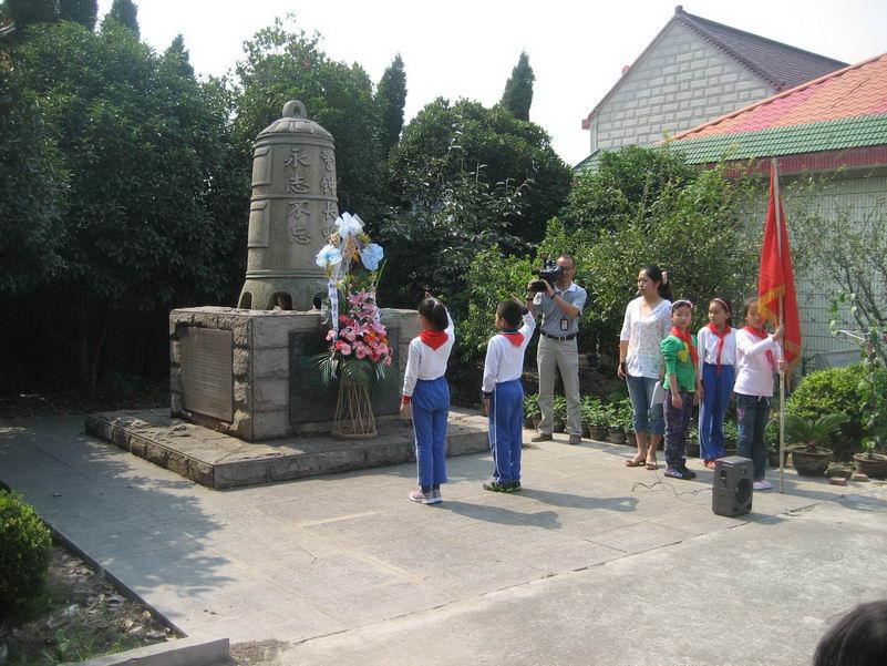 """罗泾中心校党支部和《上海中学生报》社党支部共同开展纪念""""九•一八""""活动"""